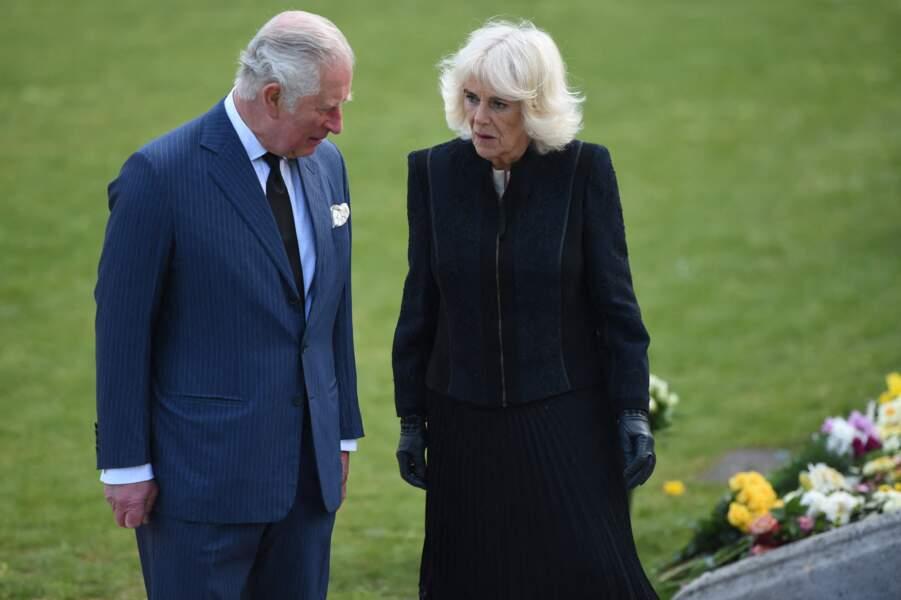 Lors de cette visite dans les jardins de Marlborough House à Londres, le prince Charles et sa femme Camila Parker-Bowles ont eu beaucoup de mal à cacher leur émotion.