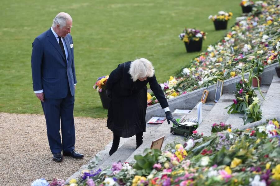 Le prince Charles et sa femme Camila Parker-Bowles ont été attirés par un petit Land Rover. Un clin d'oeil au prince Philip, puisque c'est une voiture qu'il a lui-même développée avec l'armée et qui rappelle son passé militaire.