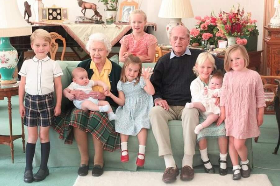 Le prince George, son frère Louis et sa soeur Charlotte, avec leurs arrière-grands-parents Elizabeth II et le prince Philip, ainsi que leurs cousines Savanna et Isa Philips, Lea et Mia Tindall, à Balmoral, en 2018. Un autre cliché pris par Kate Middleton et dévoilé après la mort du duc d'Edimbourg, le 9 avril 2021.