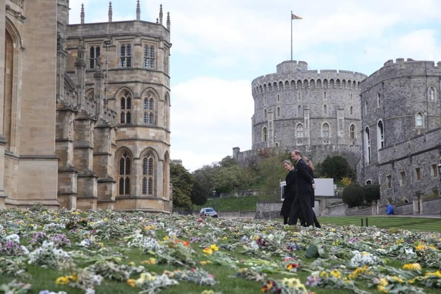Le comte et la comtesse de Wessex ont pris le temps d'observer les différents messages d'hommage laissés par le peuple britannique pour le prince Philip.