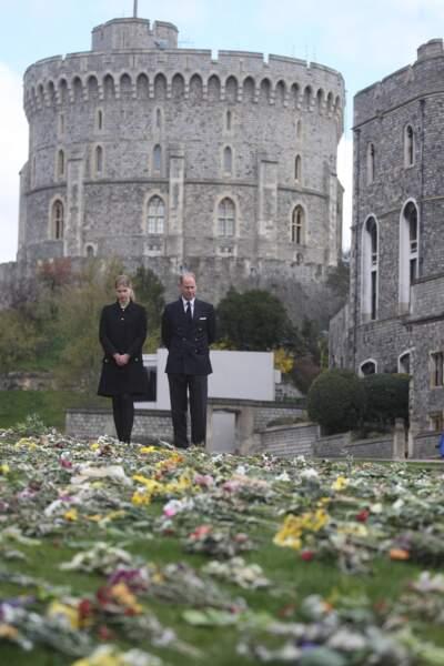 Très émus, le prince Edward, Sophie de Wessex et leur fille Lady Louise ont admiré fleurs, messages et cadeaux à l'attention du duc d'Edimbourg.