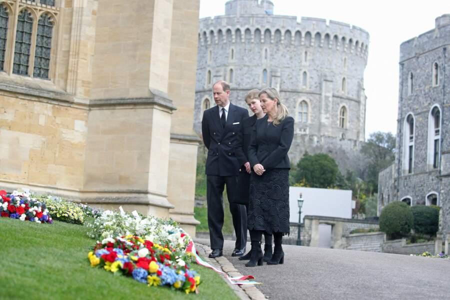 Ils ont pris le temps de se recueillir devant plusieurs messages destinés au duc d'Edimbourg.