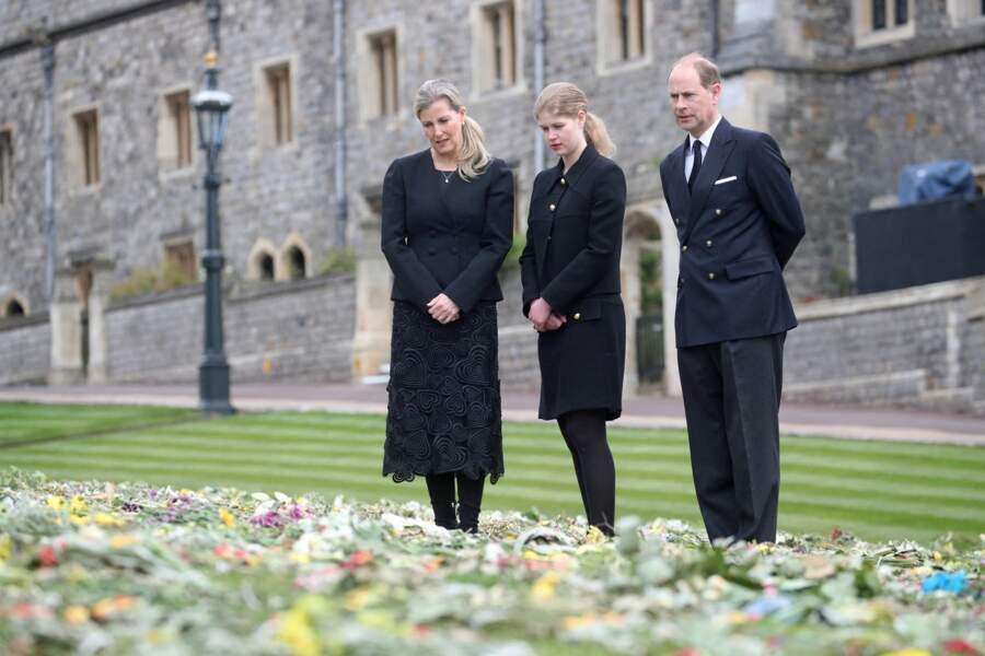 A la veille des obsèques du prince Philip, le prince Edward, Sophie de Wessex et leur fille Lady Louise sont venus découvrir les hommages déposés près de la chapelle Saint-Georges de Windsor.
