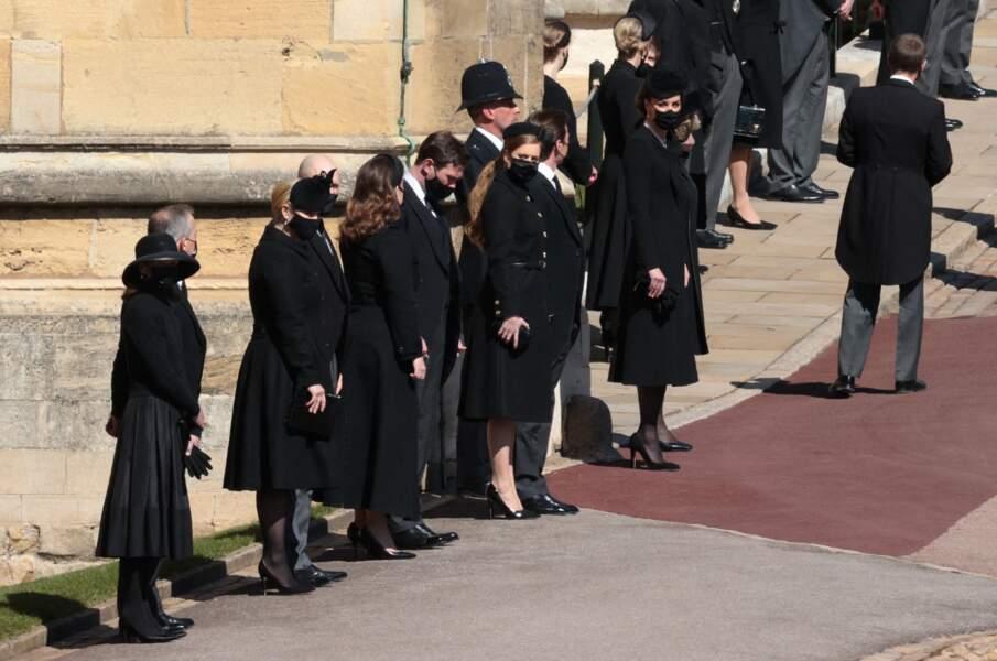 Les membres de la famille royale d'Angleterre rendent hommage au prince Philip en gardant la tête baissée pour marquer le deuil au château de Windsor