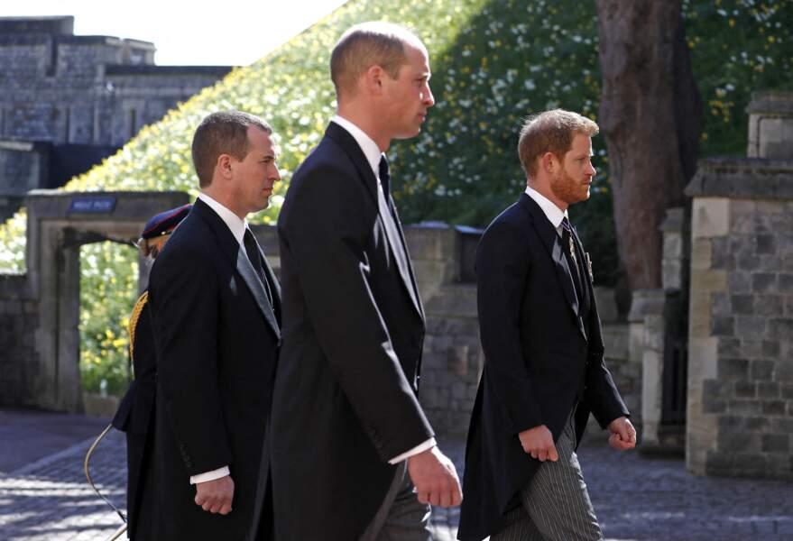 Le prince William, Peter Phillips et le prince Harry marchent derrière le cercueil du prince Philip