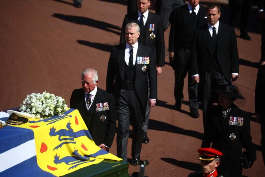 Le prince Charles, le prince Andrew, le prince William, la princesse Anne et Peter Phillips marchent derrière le cercueil du duc d'Édimbourg