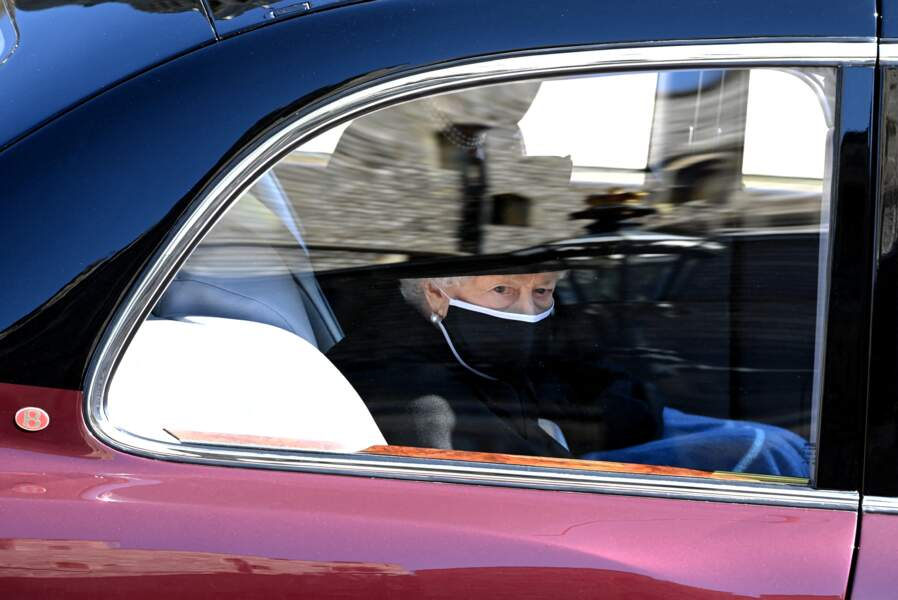 Sa Majesté Elizabeth II arrive avec sa dame de compagnie au château de Windsor