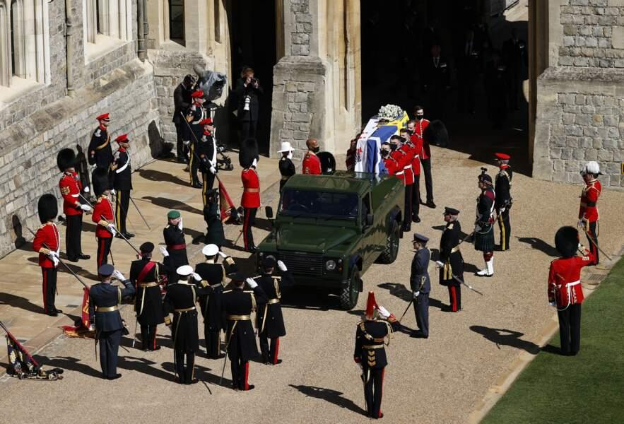 Le cercueil du prince Philip est placé dans sa Land Rover, conçue avec l'aide de l'armée britannique