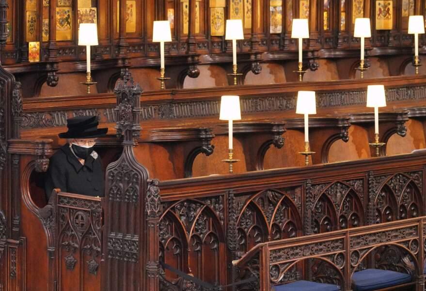 Sa Majesté Elizabeth II assise seule en la chapelle Saint George
