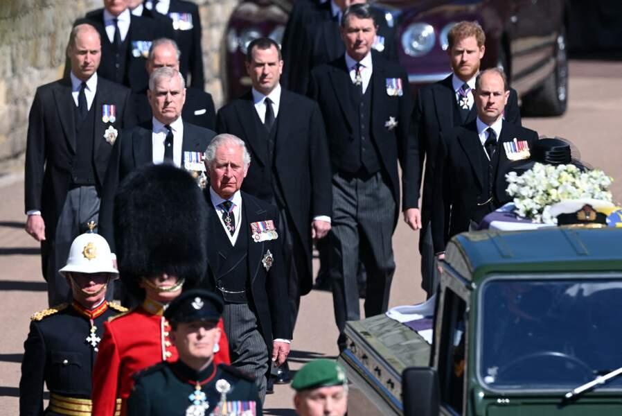 Charles, Andrew, William, Peter Phillips, le prince Harry et Edward de Wessex derrière le cercueil du prince Philip