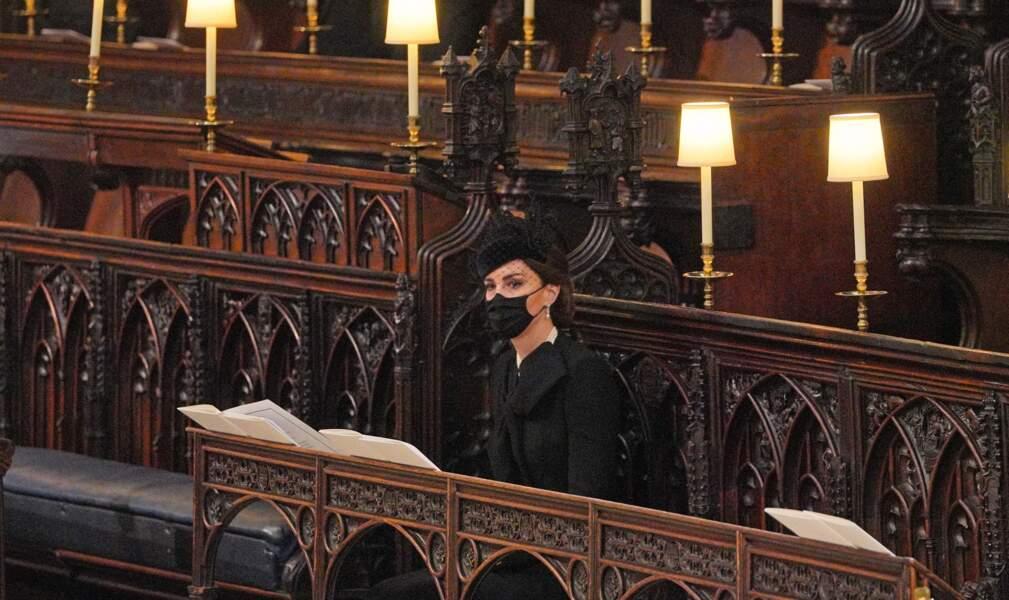 Kate Middleton est assise seule en la chapelle Saint George de Windsor