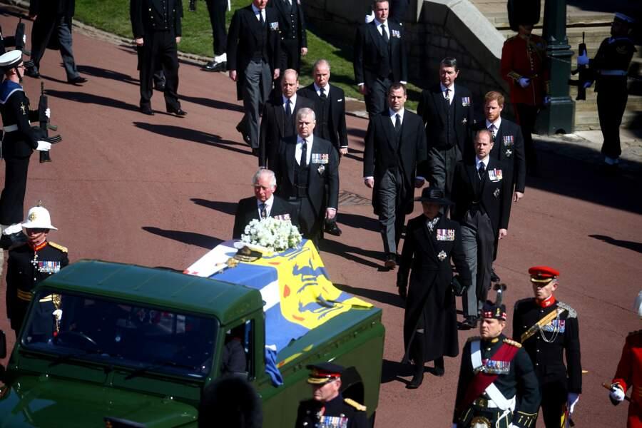 Le prince Charles, la princesse Anne, le prince Andrew, le prince William, David Armstrong-Jones, Peter Phillips, le prince Edward, le prince Harry et Sir Timothy Laurence marchent jusqu'à la chapelle Saint George