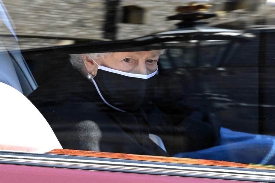 Sa Majesté Elizabeth II arrive dans sa Bentley de fonction au château de Windsor