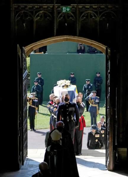 Le cercueil du prince Philip arrive en la chapelle du château de Windsor