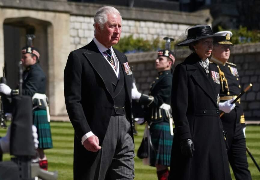 Lde prince Charles et la princesse Anne marchent derrière le cercueil de leur père