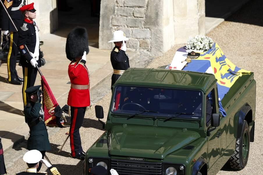 Le cercueil du prince Philip a été placé dans son corbillard, une Land Rover conçue avec l'aide de l'armée britannique