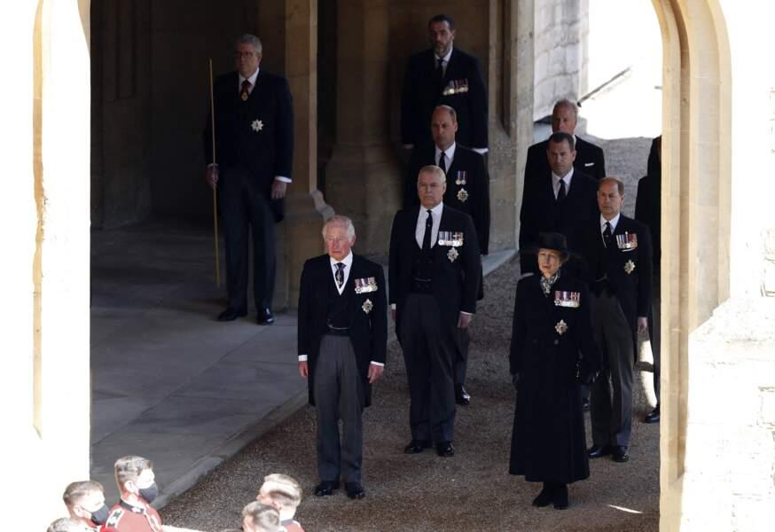 Le prince Charles, le prince Andrew, le prince William, Peter Phillips, la princesse Anne et Edward de Wessex derrière le cercueil du prince Philip, se dirigeant vers la chapelle Saint George du château de Windsor, ce samedi 17 avril 2021