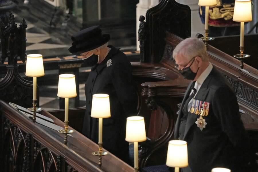 Sa Majesté Elizabeth II est installée seule en la chapelle Saint George