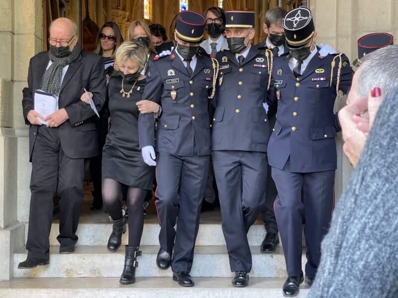 Patrick Laroche-Joubert, avec son épouse Isabelle Deschamps de Paillette, et des pompiers, aux obsèques d'Andreas Laroche-Joubert, à Neuilly-sur-Seine, ce 19 avril 2021.
