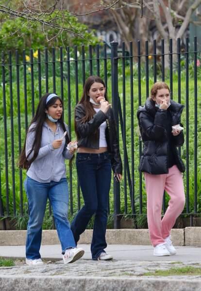 Suri Cruise a bien sûr enlevé son masque de protection au moment de déguster une glace avec ses amies pour sa journée d'anniversaire.