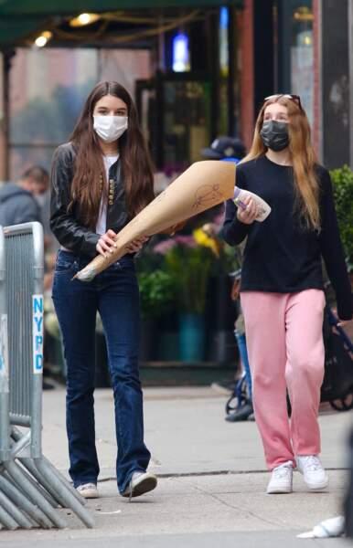 Suri Cruise a été aperçue avec un bouquet de fleurs à la main, dans les rues de New York, ce dimanche 18 avril 2021.