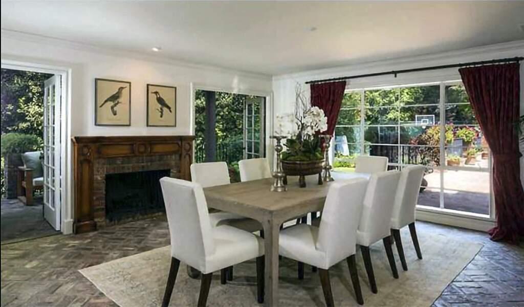 La résidence comprend notamment quatre chambres à coucher, quatre salles de bain, une immense piscine et un patio avec barbecue