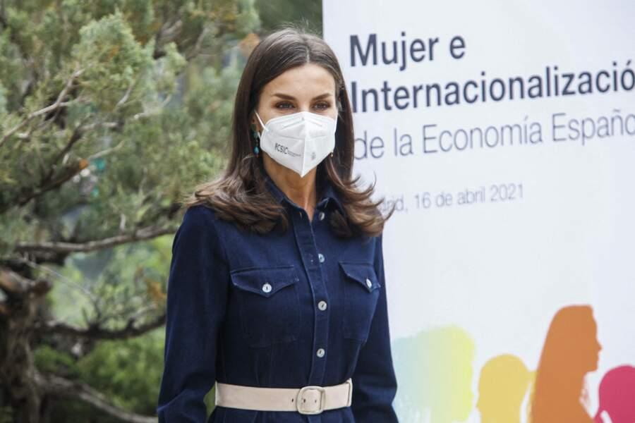 Letizia d'Espagne, en robe en denim Hugo Boss, à Madrid en Espagne, le 16 avril 2021