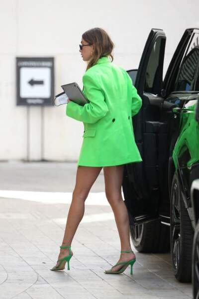 Hailey Bieber Baldwin porte des sandales assorties signées Bottega Veneta