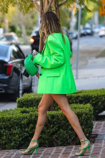 Hailey Bieber Baldwin pétillante en blazer fluo, sandales assorties et short en jean le 19 avril 2021