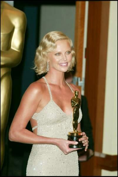 Charlize Theron et son carré court cranté, aux Oscars 2004
