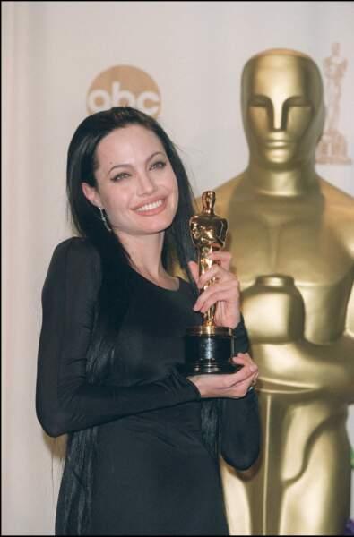 L'ultra longueur néo gothique d'Angelina Jolie aux Oscars en 2000