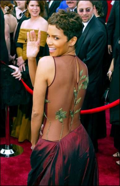 Halle Berry et sa coupe pixie, aux Oscars 2002