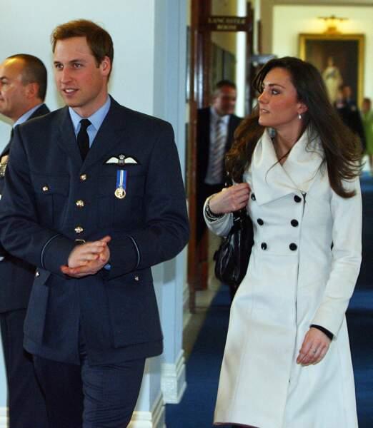 Le prince William et Kate Middleton après leur cérémonie de remise des diplômes, à RAF Cranwell, en 2008