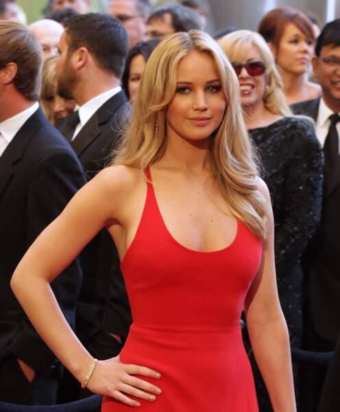 Jennifer Lawrence est sa chevelure blonde glamour, aux Oscars 2011
