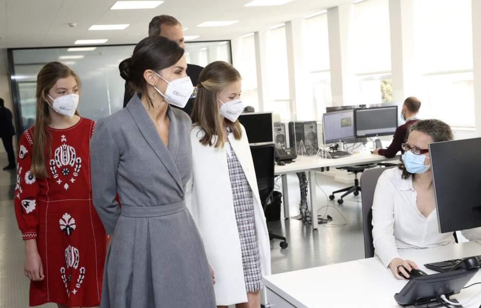 Les princesse Leonor, Sofia, la reine Letizia et le roi Felipe VI lors de l'inauguration du sous marin Isaac Peral en Espagne ce 22 avril