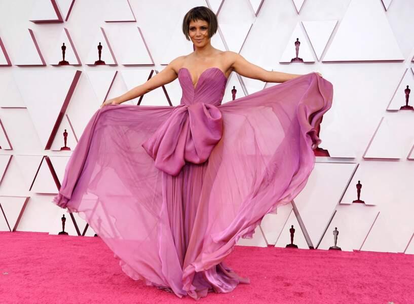 Lors de la 93e cérémonie des Oscars, Halle Berry a attiré tous les regards dans une robe mauve Dolce & Gabbana, le 25 avril 2021 à Los Angeles.