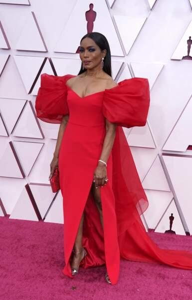 Angela Bassett porte une robe aux manches XXL Alberta Ferretti accompagnée de bijoux Chopard lors de la 93e cérémonie des Oscars le 25 avril 2021.