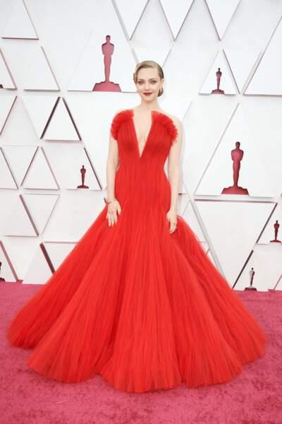 L'actrice Amanda Seyfried époustouflante dans une robe sirène en tulle rouge Armani Privé lors de la 93e cérémonie des Oscars le 25 avril 2021.