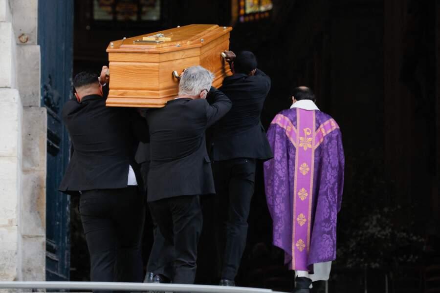 Le cercueil de Myriam Colombi à l'entrée de l'église Saint-Roch à Paris, ce lundi 26 avril 2021
