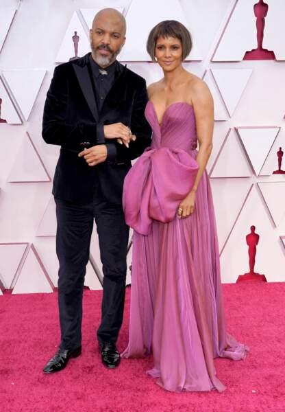 Halle Berry et son compagnon Van Hunt sont apparus à la 93e cérémonie des Oscars à Los Angeles, le 25 avril 2021.