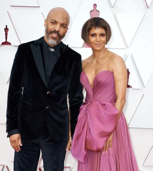 Halle Berry et son compagnon Van Hunt ont fait leur première apparition sur un tapis rouge lors de la 93e cérémonie des Oscars à Los Angeles, le 25 avril 2021.