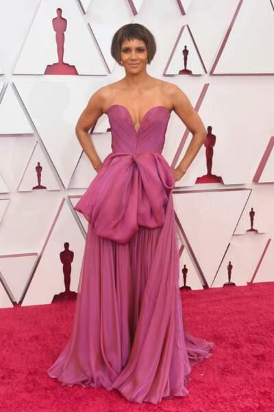 Halle Berry en robe de mousseline de soie Dolce & Gabbana lors de la 93e cérémonie des Oscars le 25 avril 2021.