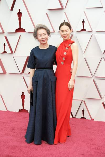 Youn Yuh-jung et Yeri Han en robe rouge Louis Vuitton lors de la 93e cérémonie des Oscars le 25 avril 2021.