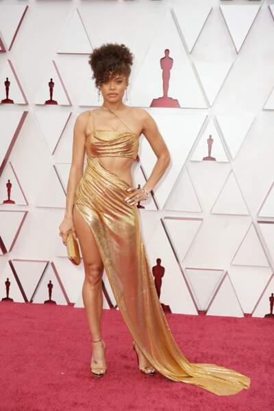 Andra Day en robe sensuelle et dorée Vera Wang et bijoux Tiffany & Co. lors de la 93e cérémonie des Oscars le 25 avril 2021.