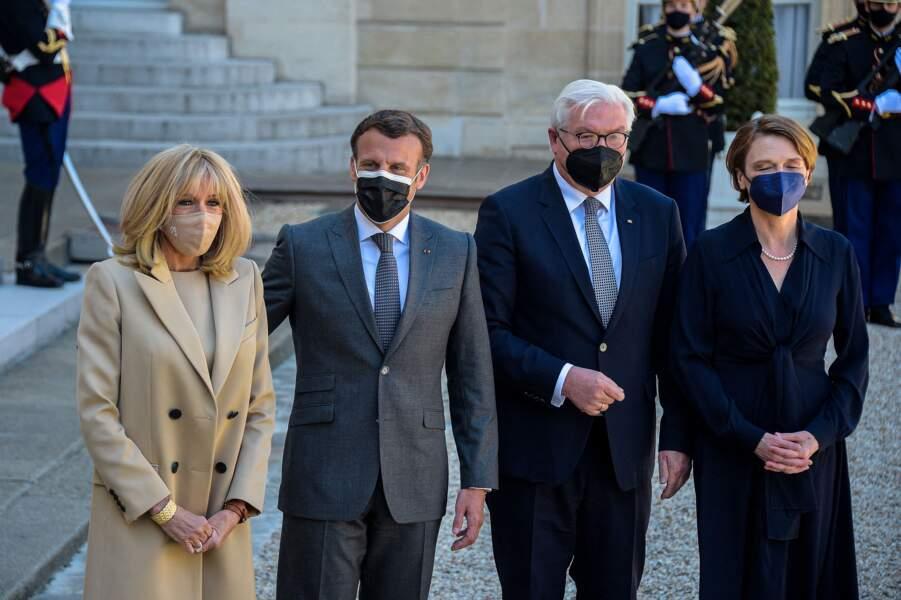 Le président de la République française Emmanuel Macron et sa femme, la première Dame, Brigitte Macron reçoivent le président de la République fédérale d'Allemagne, Frank-Walter Steinmeier et sa femme, la première Dame Elke Buedenbender à l'occasion d'un déjeuner à l'Elysée à Paris, le 26 avril 2021