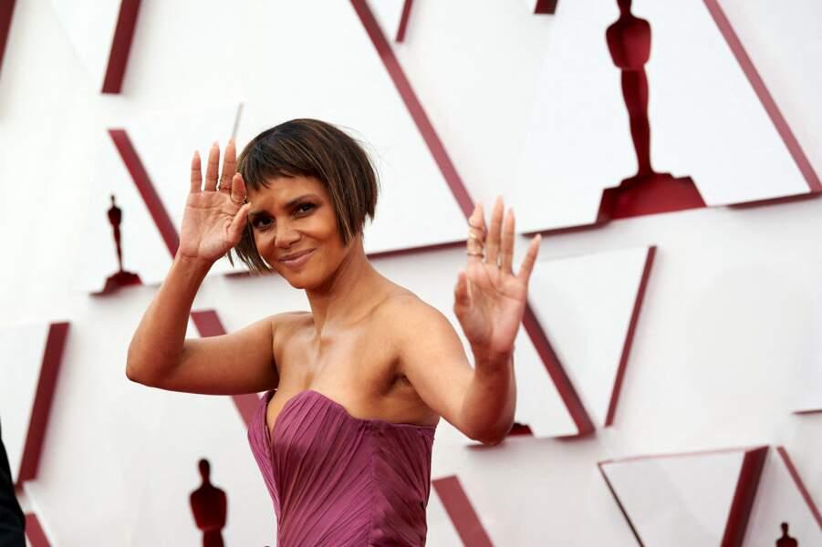 Halle Berry sur le tapis rouge de la 93e cérémonie des Oscars à Los Angeles, le 25 avril 2021.