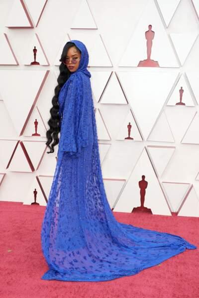 La chanteuse H.E.R en total look Dundas et bijoux Chopard lors de la 93e cérémonie des Oscars le 25 avril 2021.