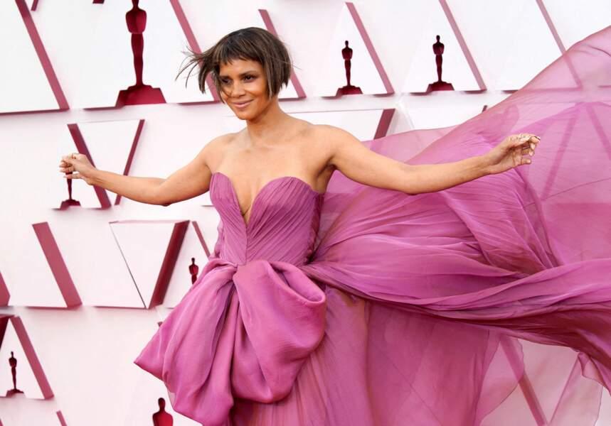 Lors de la 93e cérémonie des Oscars, Halle Berry portait une robe mauve Dolce & Gabbana, des escarpins Christian Louboutin et des bijoux Ridano.