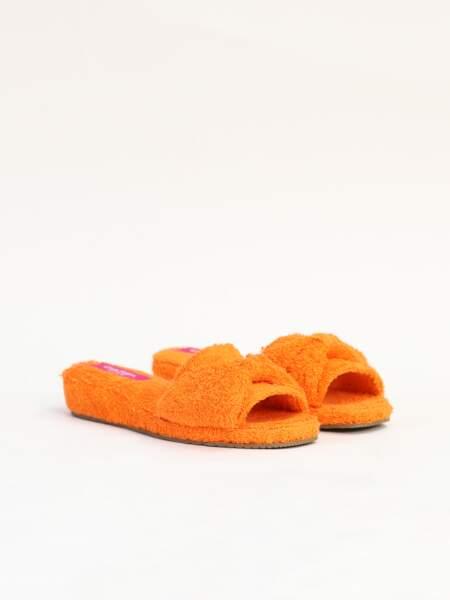 Claquettes orange, 65€, Carel