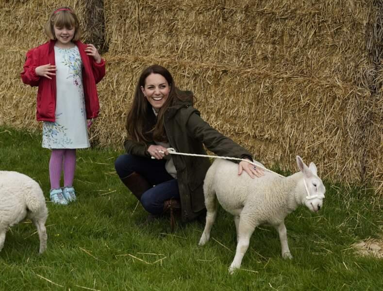 La duchesse de Cambridge Kate Middleton en visite dans une ferme à Durham, le 27 avril 2021